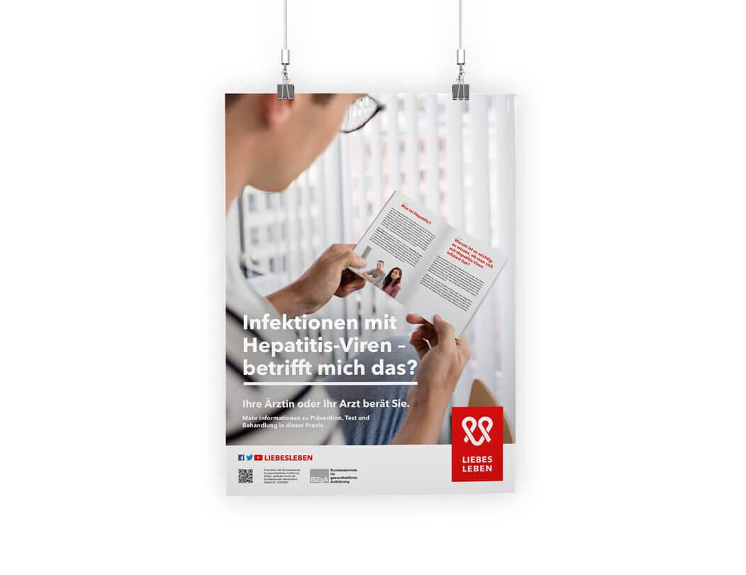 Wartezimmerplakat zu Hepatitis auf dem ein Mann in einer Broschüre liest