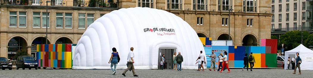 """Die Ausstellung """"GROßE FREIHEIT"""" von außen."""