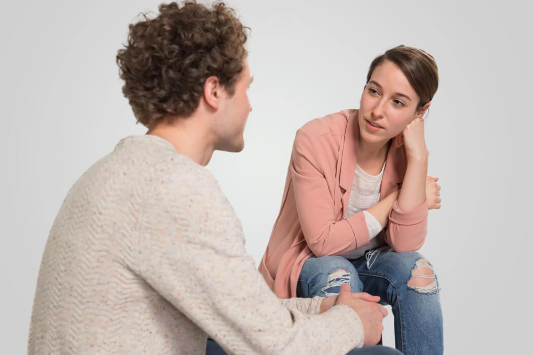 Heterosexuelles Paar in einer ernsten Gesprächssituation.