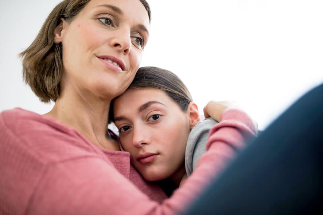 Trans* wird von der Mutter umarmt.